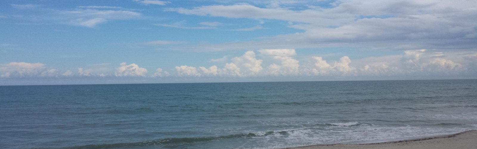 WHITE CLOUDS.BLUE WATER.SAND.1600.900